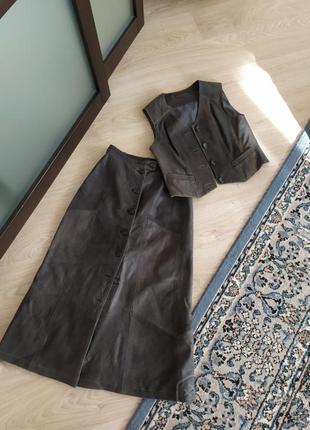 Костюм кожаный юбка жилетка 44-46 рр